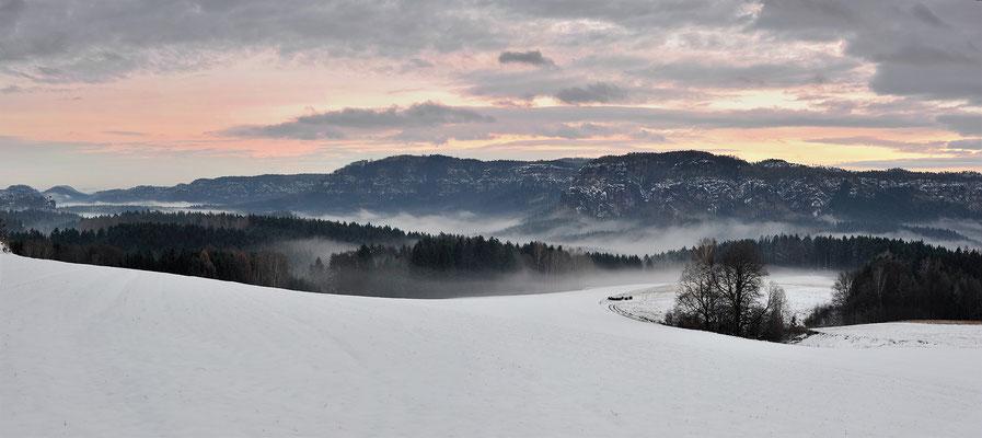 Panoramablick vom Schaarwändeweg bei Mittelndorf in die hintere Sächsische Schweiz.