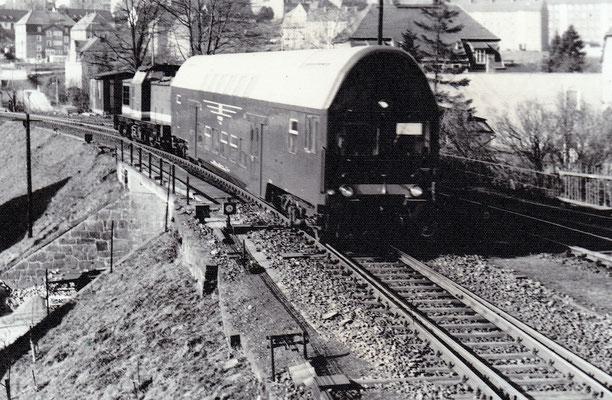 Von März bis April 1981 verkehrte auf Grund von Arbeiten an Tunnel 7 bei Rathmannsdorf eine V100 mit Doppelstockwagen im Wendezugbetrieb zwischen Sebnitz & Porschdorf, hier bei Sebnitz. Foto: Archiv Sven Kasperzek