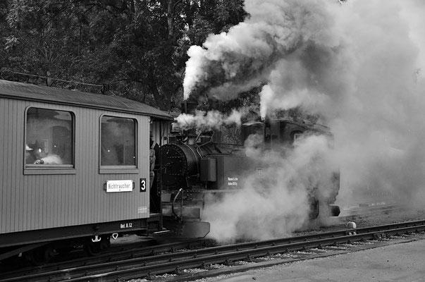 Die IV K beim Rangieren im Bahnhofsgelände, die kalten Temperaturen und hohe Luftfeuchte sorgten für eine gute Dampfentwicklung. 27.08.2011