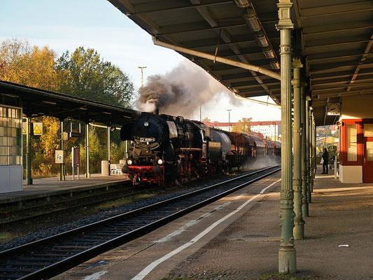 Ein einmaliges Ereignis bei bestem Eisenbahnfotolicht: Die Ostsächsischen Eisenbahnfreunde unternahmen am 22.10.2004 eine Plandampfgüterzug-Sonderfahrt zwischen Bad Schandau & Neustadt, hier der Zug um 08:39 Uhr bei Durchfahrt in Sebnitz, Foto: Uwe Dietz