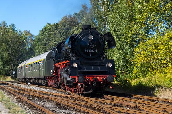 35 1097 bei der Einfahrt in den Bahnhof von Neustadt in Sachsen, Foto: Jürgen Vogel