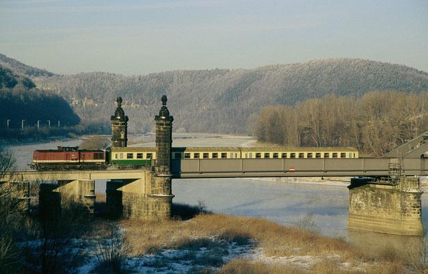 An einem eisig kalten Wintermorgen im Jahr 1998 überfährt eine unbekannt gebliebene V100 mit der Regionalbahn Bautzen-Neustadt-Bad Schandau die Carolabrücke in Bad Schandau und hat somit in wenigen Augenblicken ihr Ziel erreicht.
