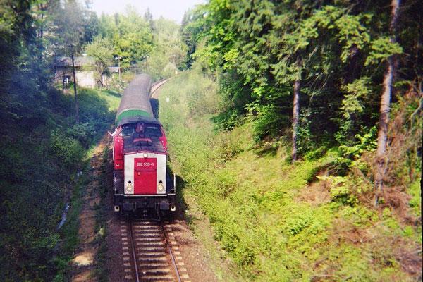 Und noch eine Regionalbahn von Neukirch kommend Richtung Neustadt mit der damals bei Fotografen recht unbeliebten Lackierung an der V 100. 1999, Foto: Pierre Güttler