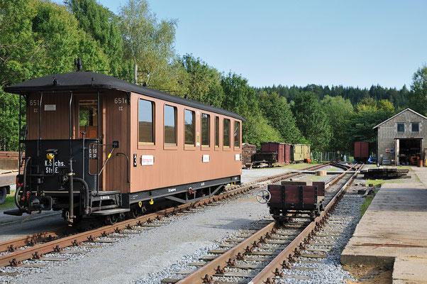Der abgestellte Wagen im Bahnhofsgelände von Lohsdorf. 24.08.2011