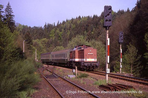 202 528 mit Regionalbahn Bad Schandau-Bautzen bei Ulbersdorf. 05.05.1999 Foto: Ingo Fritzsch