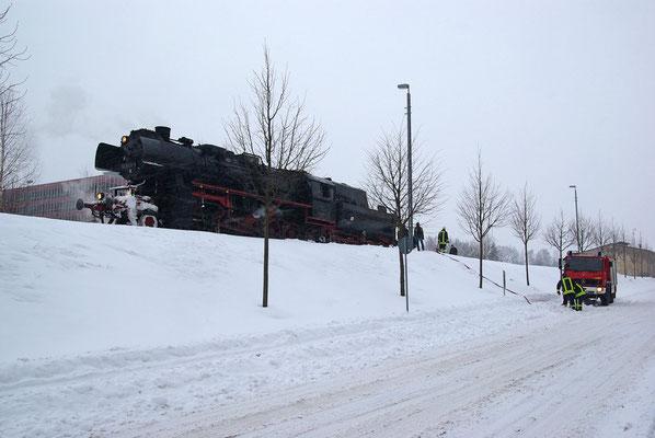 Es ist schon fast ein kleines Wunder, dass es der Zug bis Neustadt schaffte. Die Fahrt von Nossen über Freiberg, Dresden und Pirna hatte der Lok und ihrem Personal bei den wiedrigen Bedingungen mit dem schweren Zug schon alles abverlangt. 09.01.2010