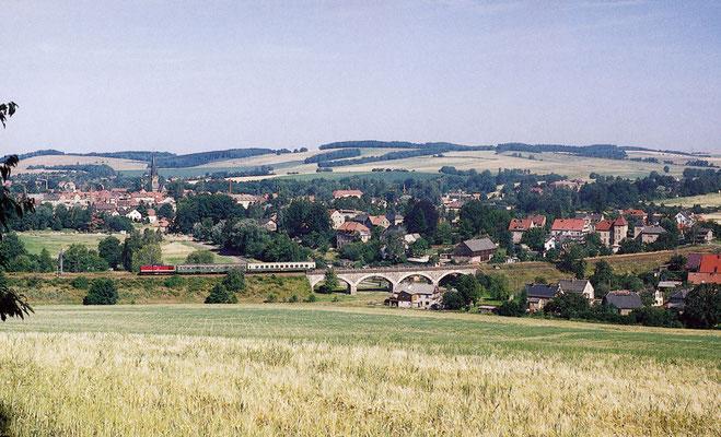 """Von der im Volksmund genannten """" Krähenhecke """" bot sich stets ein wunderbarer Blick auf Neustadt und die Bahnstrecke nach Bautzen. P 7469 hat soeben den Fluss Polenz überquert um gleich Neustadt zu erreichen. 16. Juli 1994, Fotograf: Andreas W. Petrak"""