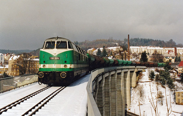 Ebenfalls bei der ITL eingestellt war 118 004 (ex V 180 124). Hier bei herrlichstem Winterwetter auf dem Sebnitzer Stadtviadukt mit einem Bauzug Richtung Bad Schandau.