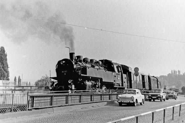 ... 86 001 den Zug auf die Pirnaer Elbbrücke.