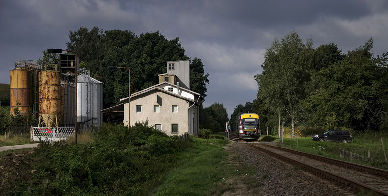 Bedrohlich färbt sich der Himmel bei Stolpen an diesem 15. September 2012. 642 345 von Pirna nach Neustadt erwischt am BÜ kurz nach der Bahnhof einen kurzen Sonnenspot.