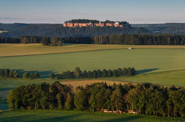 """Blick vom Rauenstein in Richtung Festung Königstein mit einem """"Frühaufsteher-Camper"""". ISO 100, 55mm, f/8.0, 1/50sek."""