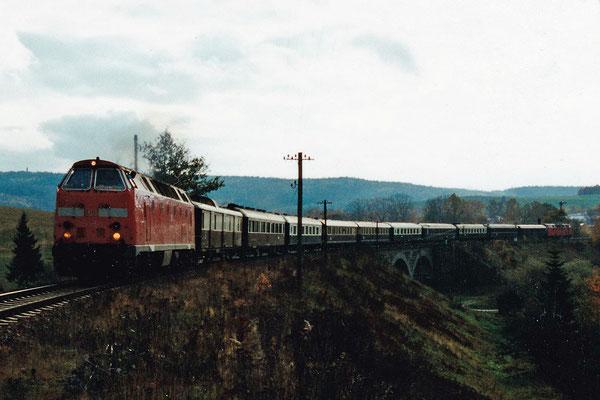 Nach dem Halt in Neustadt überquert die interessante Fuhre den Viadukt über den Wiesenweg in Langburkersdorf. Oktober 2000, Archiv: Sven Kasperzek