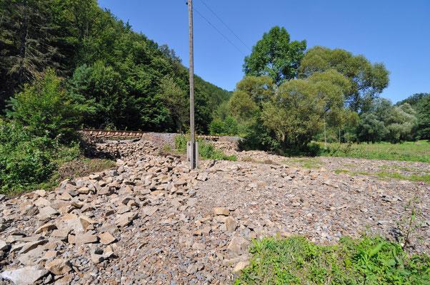Die weit verteilten Steine und Schotter zeigen die Gewalt des Wassers, 20.08.10