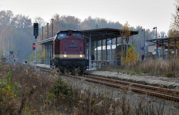112 331 umfährt den Zug in Neustadt. 05.11.11