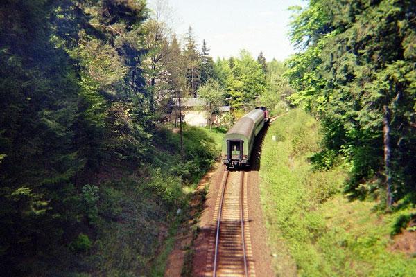 Ein Nachschuss in die andere Richtung von der Überführung. Heute rollen hier nur noch die Schotterzüge aus dem Steinbruch Oberottendorf. 1999, Foto: Pierre Güttler