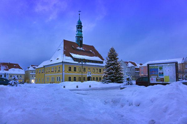 Blaue Stunde auf dem Neustädter Markt, Ende Januar / Anfang Februar mussten die Straßen und Gassen in der Stadt mit dem Radlader von den Schneemassen befreit werden. Sony Alpha 6000, ISO 200, 16mm, f/3.5,  1/50sek.