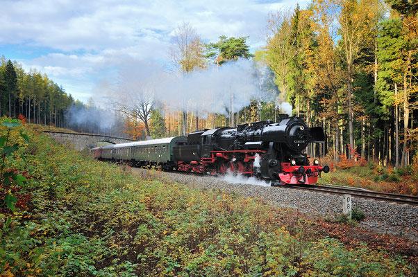 52 8131 mit einem Sonderzug nach Liberec in Tschechien, hier in der Steigung zwischen dem Putzkauer Viadukt und Neukirch. 26.10.13