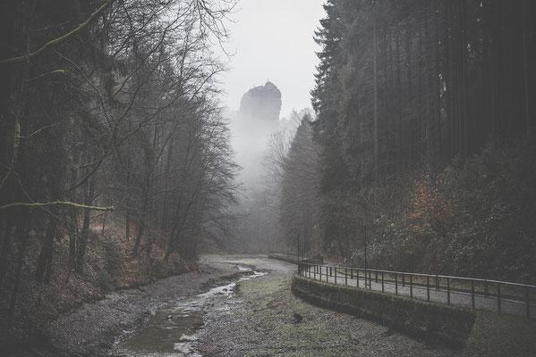 Winterpause im Amselsee. Das Wasser ist abgelassen, aus dem Nebel heraus ragt der Talwächter. ISO 400, 50mm, f/5.0, 1/160sek.