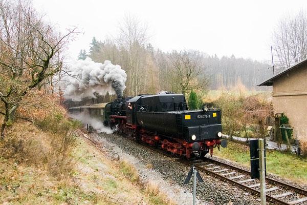 52 8079 mit dem Adventssonderzug von Bad Schandau nach Neustadt, hier am Nassweg bei Sebnitz. Foto: Robert Schleusener, 02.12.18