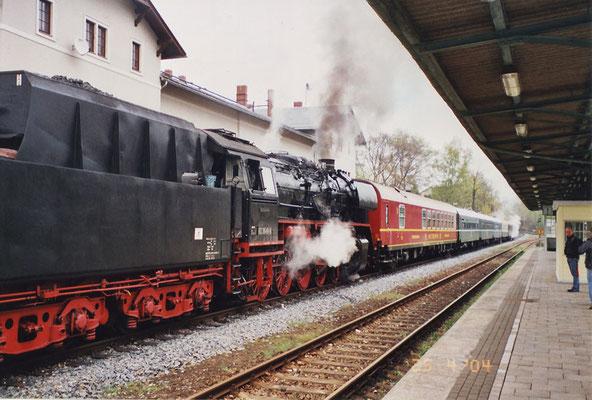 Zum ersten Mal auf Sonderfahrt: Der Speisewagen Nr. 51 50 88-70 221-3 der Gattung WRm, der durch den Verein Ostsächsische Eisenbahnfreunde e.V. im Dezember 2003 Dank großzügiger Spenden erworben wurde. 25.04.04, Foto: Thomas Lange