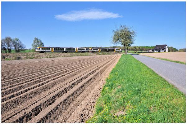 Um das geringe Platzangebot im LVT/S auszugleichen rollt während dieser Zeit auch ein Desiro-Doppelgespann. Bei Dürrröhrsdorf konnte ich den Zug ablichten. 27.04.2012