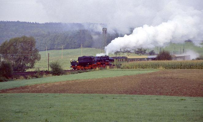 Ein Sonderzug im herrlichen Licht des Sonnenaufgangs mit viel Dampf, Krumhermsdorf 1996