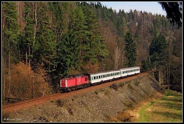 Am 1. April 2001 rollt 202 535 durch das Sebnitztal Richtung Elbe. Foto: Archiv Michael Sperl