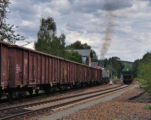 Endlich erlebte ich mal eine der seltenen Güterzugkreuzungen in Neukirch. Auf dem letzten Wagen nimmt ein Rangierer platz, dann wird in den Steinbruch geschoben. 12.08.2011