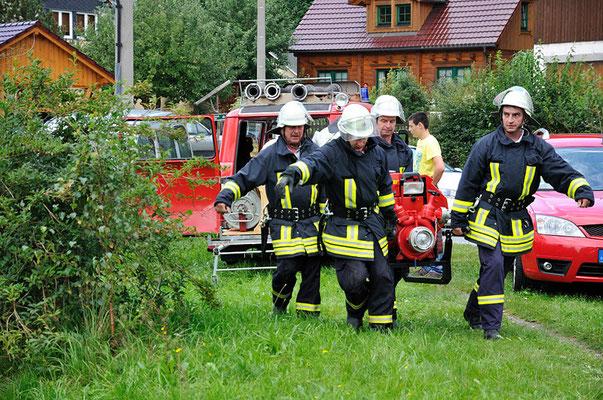 Auch die Feuerwehr kam mit dem B 1000 zur Bewässerung der Lok zum Einsatz. 28.08.2011