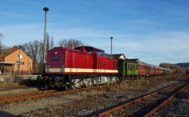 Im herrlich warmen Licht präsentiert sich der Sonderzug mit 112 331-4 im Bahnhof Neustadt Sachsen um gleich seine Fahrt nach Sebnitz fortzusetzen, 29.11.09