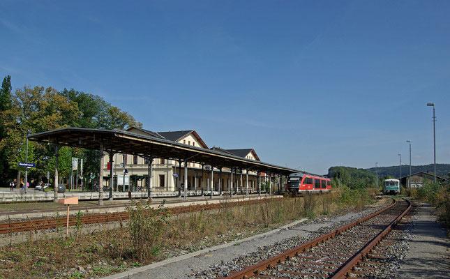 """Der Bahnhof in Neustadt - eben eingefahren der Desiro von Bad Schandau, rechts ein Gast aus Löbau ( Sonderfahrt mit der """" Ferkeltaxe """" nach Bad Schandau), 18.09.09"""