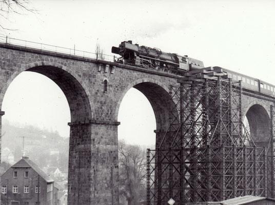 Eine Reko 52ér mit einem Zug aus 2-achsigen Rekowagen von Bad Schandau nach Bautzen auf dem Sebnitzer Stadtviadukt. 1984, Foto: Archiv Sven Kasperzek.