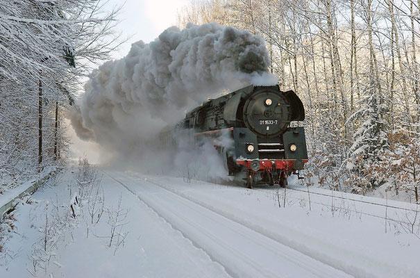 Bei Schneemassen die es so seit langem nicht gegeben hatte wurde vom Personal gleich alles abverlangt. Hier mit Volldampf nach dem Bahnhof Neukirch / Lausitz (West), Februar 2009.