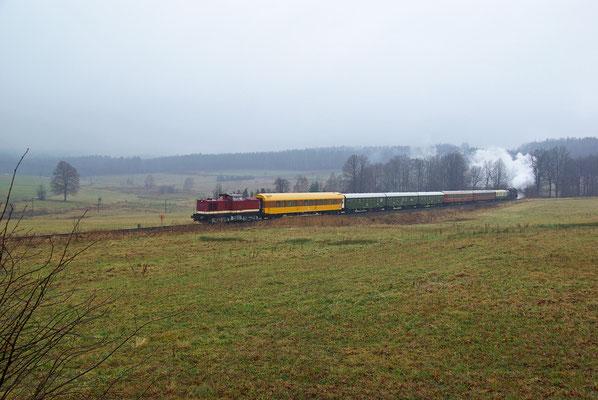 Anschließend ging es auf die erste von 3 Pendelfahrten bis nach Sebnitz, 112 331 zieht den Zug durch die Steigung bei Krumhermsdorf, 06.12.09