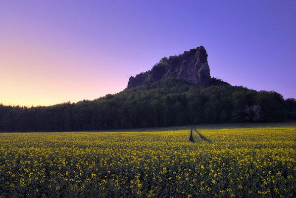 Morgendämmerung und Rapsblüte am Lilienstein. ISO 125, 20mm, f/6.3, 3 Sekunden.