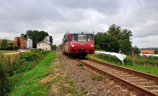 """Am 15.09.12 unternahm die """" Traditionsgemeinschaft Ferkeltaxe e.V """" eine Sonderfahrt von Chemnitz nach Sebnitz. Dort stand ein Besuch des Modellbahnherstellers Tillig auf dem Programm. Die Aufnahme zeigt den Zug in Stolpen."""