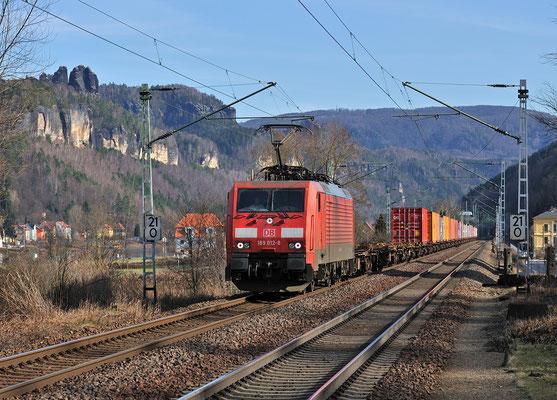 189 012 mit Containerzug vor der Schrammsteinkulisse bei Krippen, März 2012.