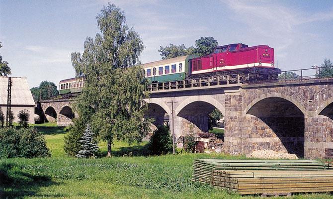 202 775 überquert mit dem P 7449 das Viadukt in Oberottendorf. Juli 1994, Fotograf: Andreas W. Petrak