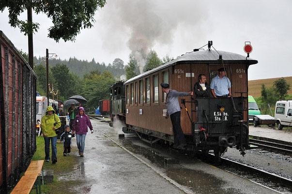 Leider trübte teilweise starker Regen am ersten Festtag die Stimmung etwas - die Züge waren aber dennoch immer voll besetzt. 27.08.2011