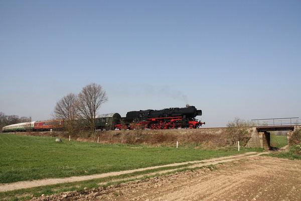 Der gleich Zug aus noch etwas anderer Perspektive, 52 8047-4 schmiegt sich wunderbar in die Landschaft bei Stolpen, 11.04.2009, Foto: Michael Hube