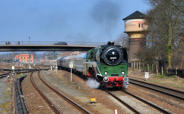 Mit 52 8080 von Dresden nach Arnsdorf hieß es eigentlich, doch die 52 erlitt einen Zylinderschaden und wurde durch 18 201 ersetzt. Auf dieser Strecke schon eine Seltenheit, hier bei der Ausfahrt in Radeberg. 02.04.11