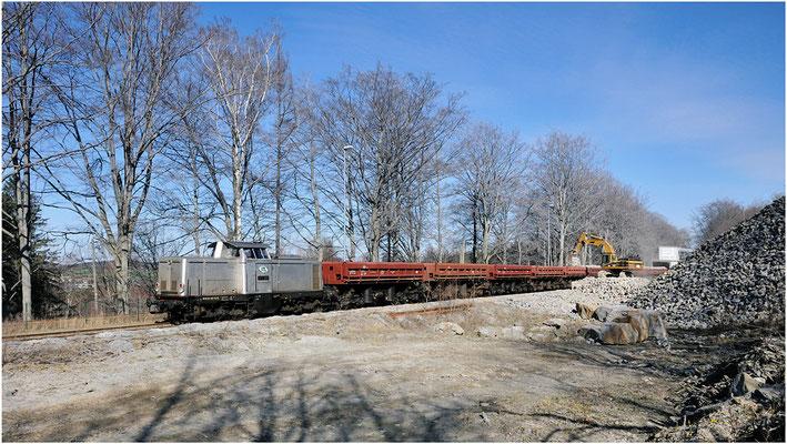 Ende März konnte ich im Steinbruch Oberottendorf die ITL 111 001 bei der Verladung von Wasserbausteinen beobachten, diese Prozedur dauert länger als die automatische Befüllung der Wagen, da alles mit dem Bagger geschieht. 26.03.2012