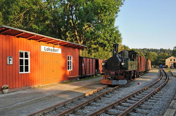 Am Abend vor dem ersten Festtag präsentierte sich die Lok zusammen mit Güter - und Personenwagen im schönen Licht der Abendsonne. 26.08.2011