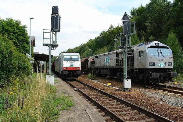 Strecke Bautzen-Neustadt: Güterzugbegegnung mit Lok 250 007 , 285 103 und 285 106 (nicht im Bild) am 4. August 2010 im Bahnhof Neukirch (Lausitz) West. Foto: Thomas Lange