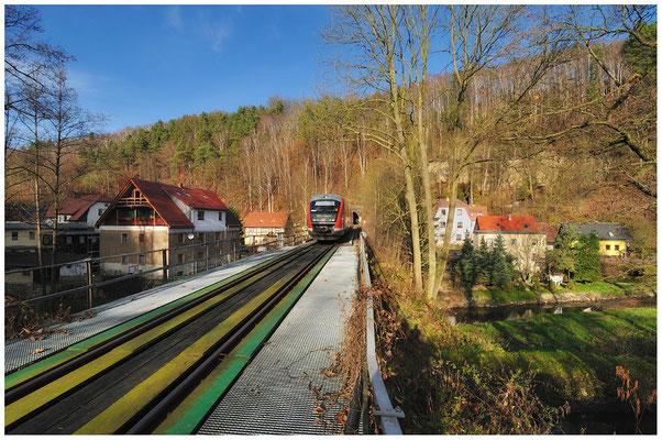 In Rathmannsdorf kommt die RB 17122 von Neustadt aus dem Tunnel 7 ( mit 377 Metern der längste auf der Strecke ) und wird in wenigen Minuten Bad Schandau erreichen. 14.11.10