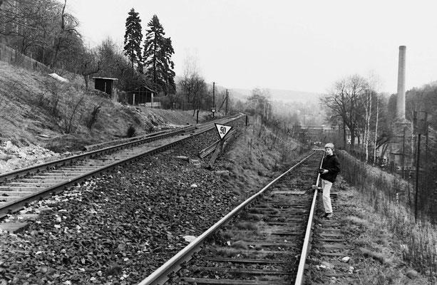 Links das Gleis nach Neustadt / Sachsen. Rechts mit beachtlicher Steigung das Gleis hinunter zu ABUS.