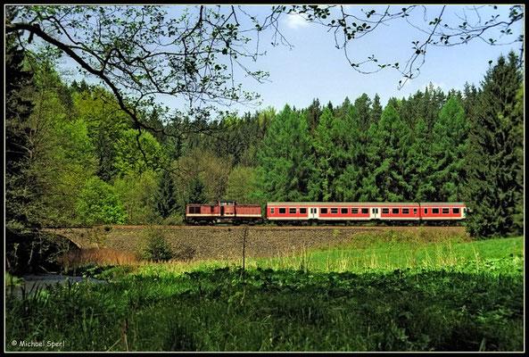 Die ausgeblichene 202 832 ist am 11. Mai 2001 im Sebnitztal bei Ulbersdorf mit ihrer RegionalBahn Richtung Bad Schandau unterwegs. Foto: Archiv Michael Sperl