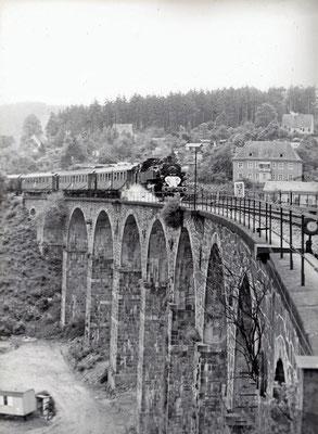 Sonderzug mit BR 86 zum 100-Jährigen Streckenjubiläum auf dem Sebnitzer Stadtviadukt am 02.07.1977. Foto: Archiv Sven Kasperzek.