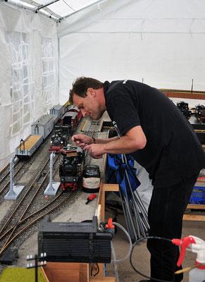 Der erste Festtag: Auch die Saxonia Live Steamers sorgten für Echtdampfatmosphäre. Aber auch im Modell bedarf es sehr viel Vorbereitung und Pflege an der Lok... 27.08.2011