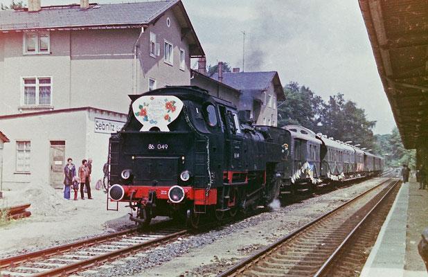 Der Zug mit 86 049 ist wieder aus Neustadt eingetroffen (1984).
